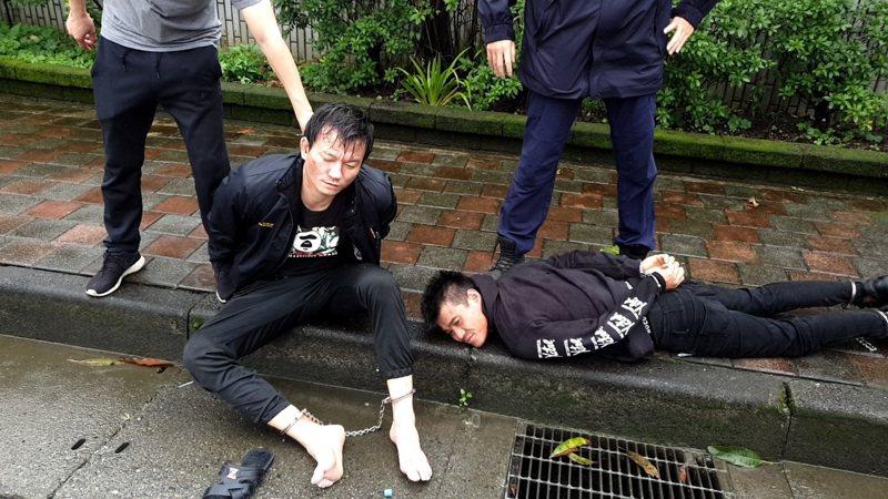 籍斯瀚(左)與彭姓男共犯(右)在基隆遭逮,警方立刻將嫌犯上手銬腳鐐壓制。記者巫鴻瑋/翻攝