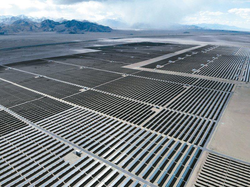 中國大陸太陽能發電量已躍居第3名。圖為青海省海西蒙古族藏族自治州的太陽能電池組件。(新華社)
