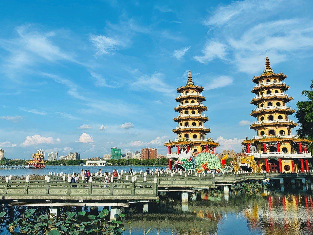 龍虎塔分為龍、虎禪雙塔,塔高七層,有七級浮屠之意。 圖/木馬文化 提供