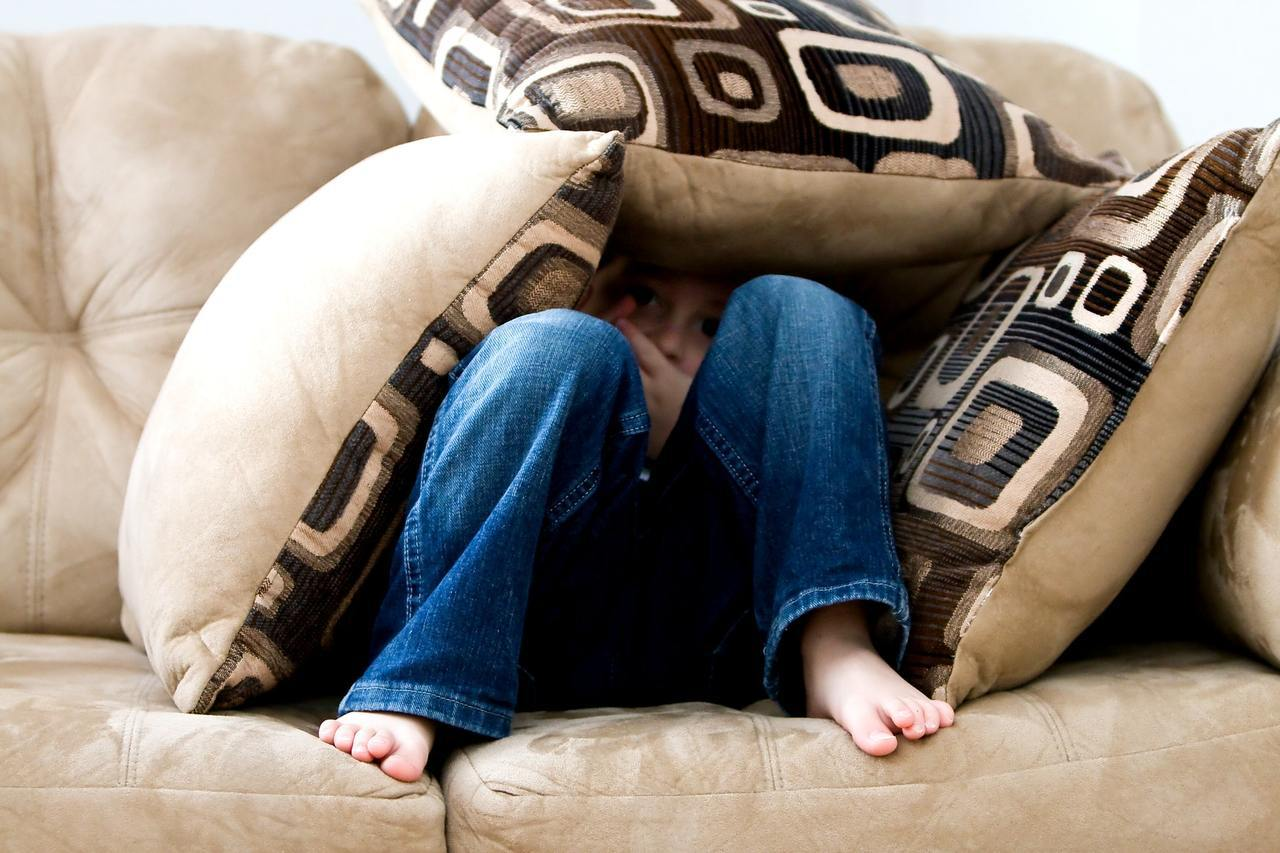 如果地震發生時正躺在床上,應該繼續「留在床上」,並善用枕頭或棉被保護頭部。 圖/...
