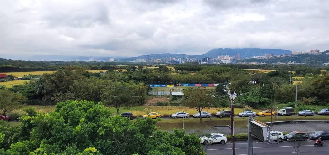 「萬企大業」位於大業路上,可眺望關渡平原景致。(圖/張瑞傑攝)