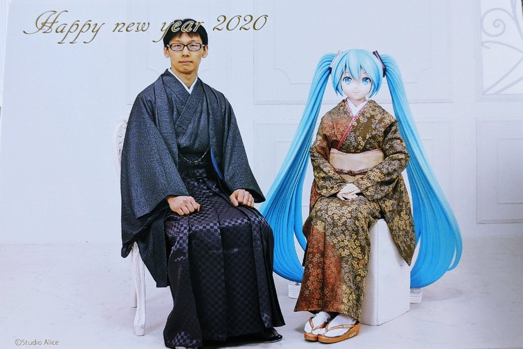 2018年與虛擬角色初音未來(右)結婚的近藤顯彥,後來因此登上國際各大新聞。當時...