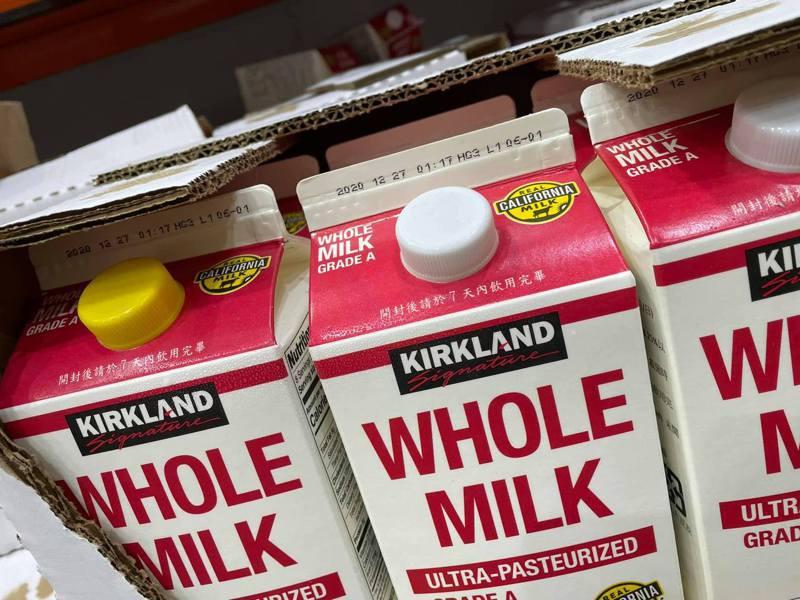 一名網友到好市多買鮮乳,卻發現其中一瓶的蓋子和其他瓶蓋是不同顏色,讓他好奇為何會這樣? 圖/翻攝自「Costco好市多 商品經驗老實說」