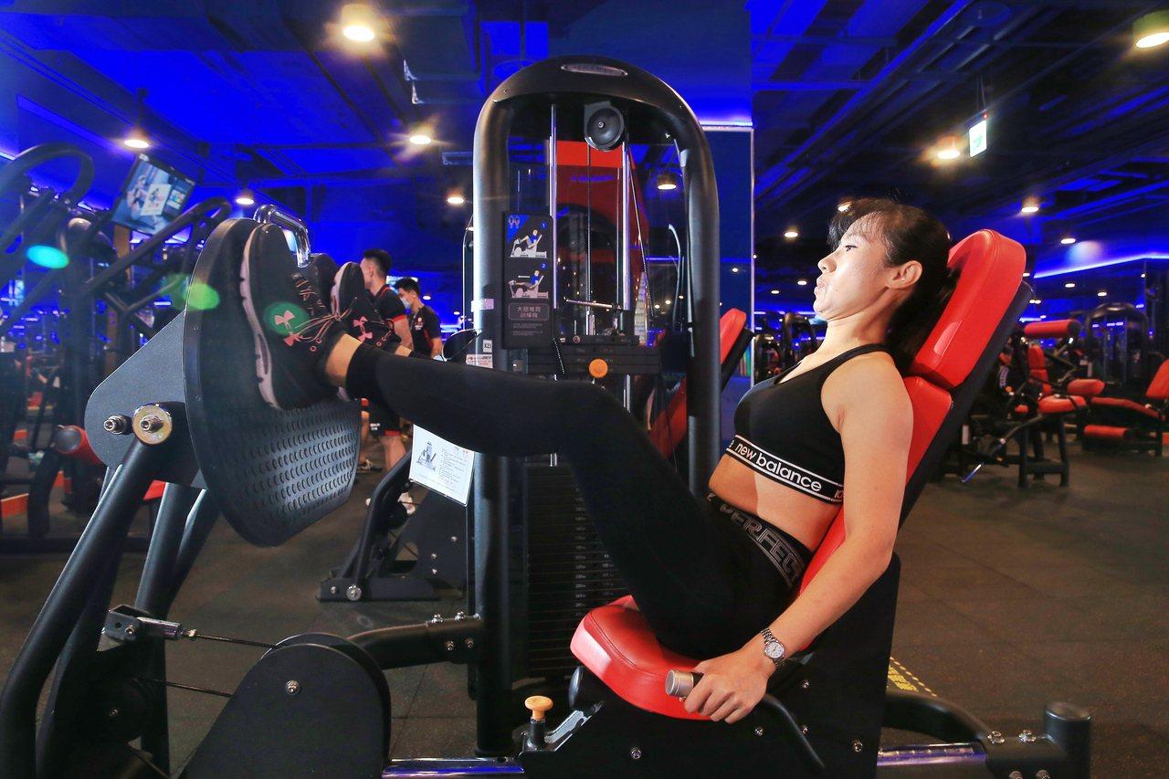 鍾姓空服員每周兩次重訓,體脂率從原本29降至21,肌肉量明顯提升。記者林伯東/攝...