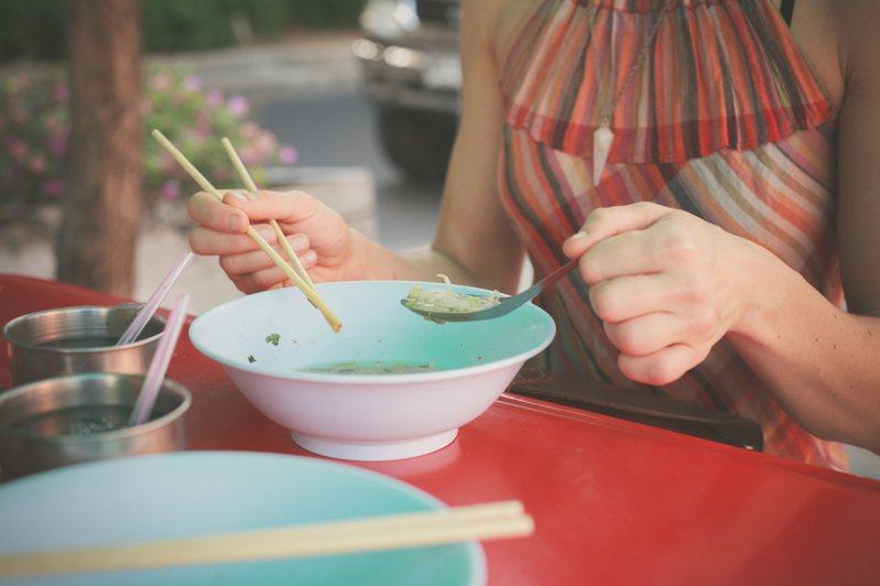 一名網友和一對情侶併桌用餐,竟被要求不要搖晃桌子。示意圖/ingimage