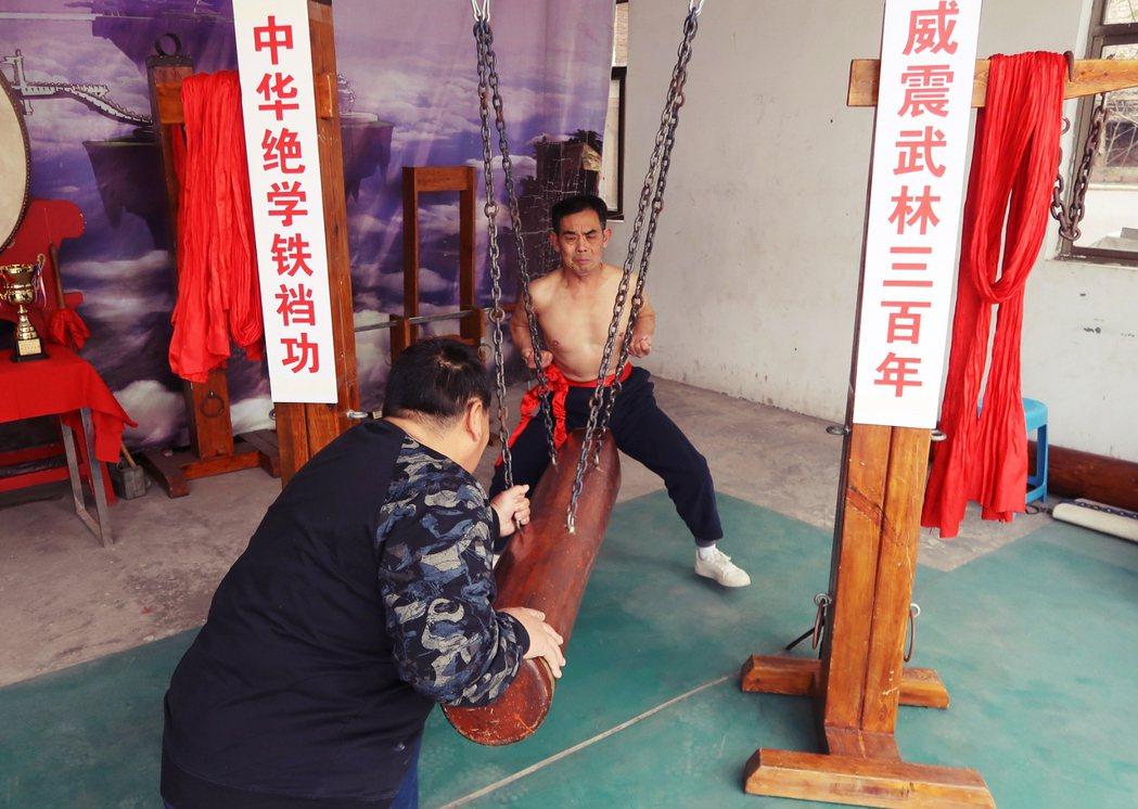 一名現年65歲、河南洛陽市的「軍屯武術館館長」——王留太——自稱祖傳300年秘功...