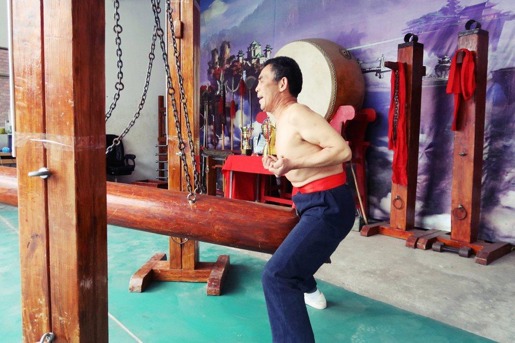 所謂鐵襠功,根據王留太的說法是承襲少林寺的硬功而來,與金鐘罩、鐵布衫、鐵頭功等大...