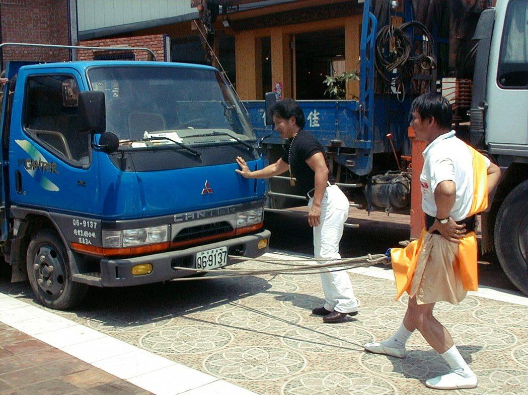 台灣2001年,在新竹市一家宗教文物主題商店開幕,業者請來氣功師表演「九九神功」...