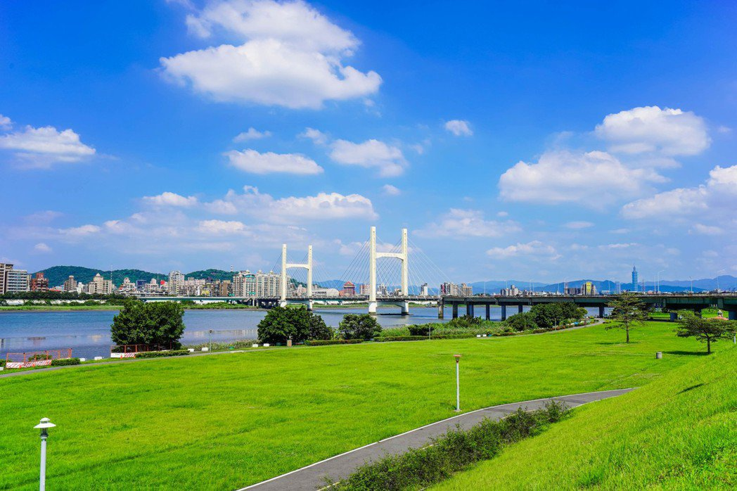 仁義重劃區與台北市僅重陽橋五分鐘車程之隔,房價只要一半。(圖/聯合資料庫)