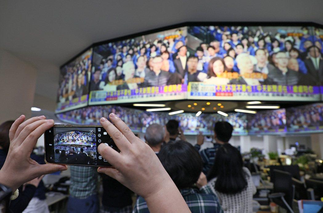 中天新聞關台最後一夜,民眾用手機記錄下這一刻。 記者陳柏亨/攝影