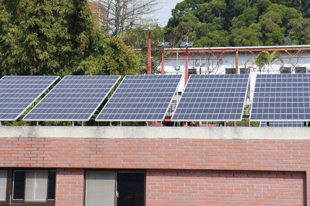 大葉大學在屋頂裝設太陽能板。 大葉大學/提供。