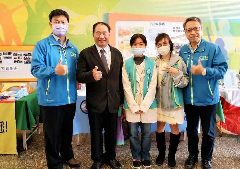 仰德高中校長甘能賓(左二)感謝中國科大師生參與觀禮。 校方/提供