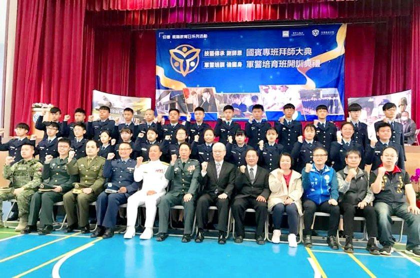 仰德高中軍警培育班開訓典禮現場,與會貴賓合影。 校方/提供
