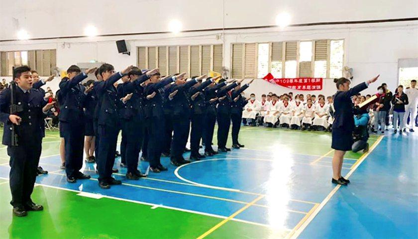 仰德高中軍警培育班開訓授槍與宣誓儀式。 校方/提供