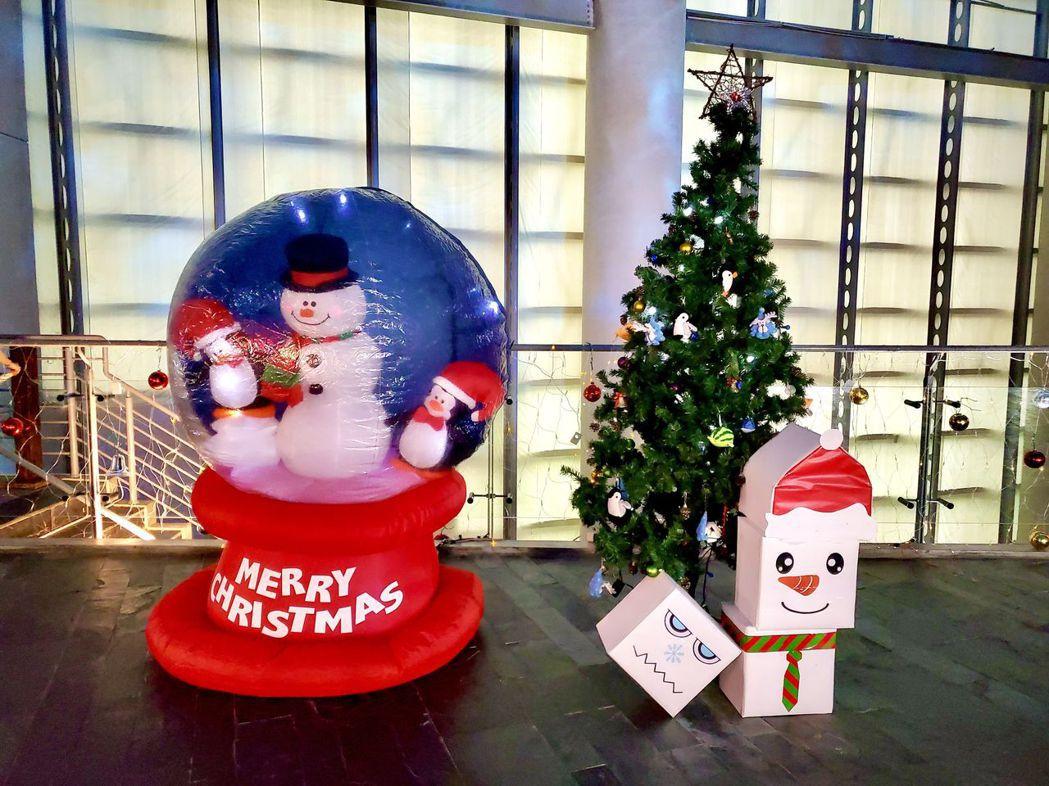 世界水域館水溶溶大廳擺出可愛雪球及聖誕樹。  屏東海生館/提供