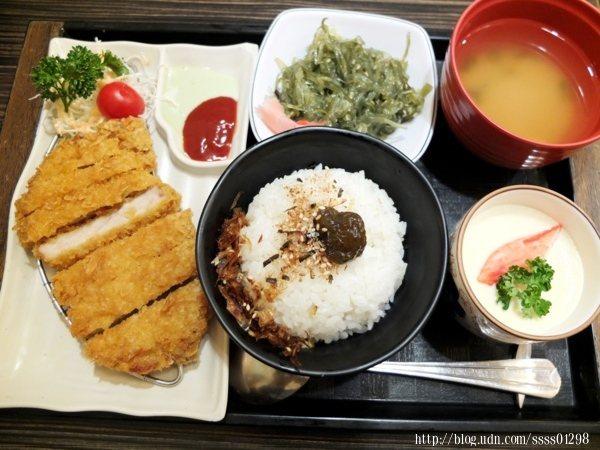 日式豬排定食179元,搭配有白飯、茶碗蒸、一碟小菜、湯品和主食,很飽吶!