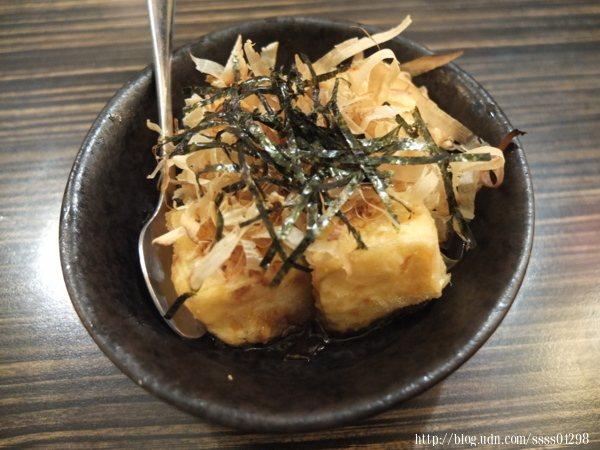 揚出豆腐單點50元,外酥嫩內柔軟,口感軟綿,鋪上滿滿的柴魚片和海苔,底層醬汁香鹹入味