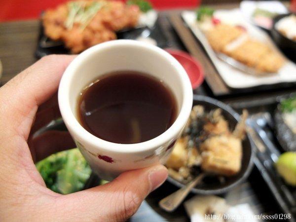店裡提供免費的茶飲無限暢飲,今天喝到的是阿薩姆紅茶,冰涼解渴,香甜順口