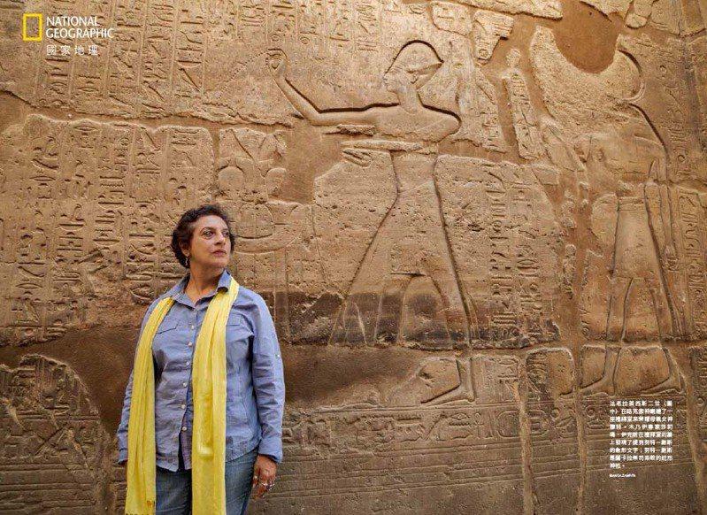 法老拉美西斯二世( 圖中)在路克索神廟建了一座禮拜堂來榮耀母親女神穆特。木乃伊專家莎莉瑪.伊克朗在禮拜堂的牆上發現了提到努特-謝斯的象形文字;努特-謝斯是薩卡拉祭司崇敬的蛇形神祇。 PHOTOS:IANCA ZAMFIRA/國家地理雜誌