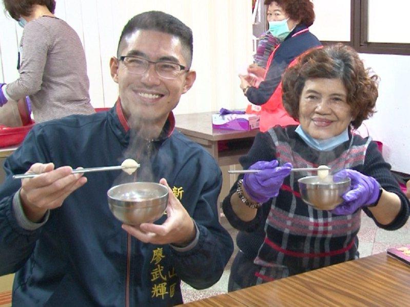 金山區老人會邀請長輩們來搓湯圓吃團圓,區長廖武輝(左)也來同樂。 圖/紅樹林有線電視提供
