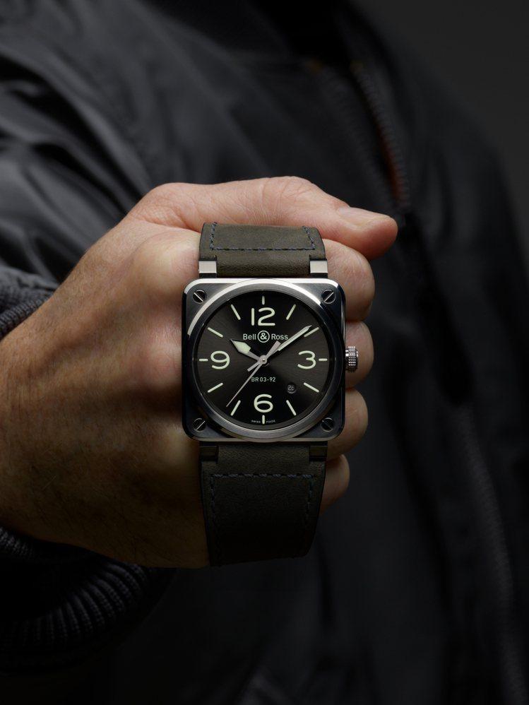 揉和炭灰色和螢光綠的BR 03-92 Grey LUM,是非典型的灰色概念腕表。...