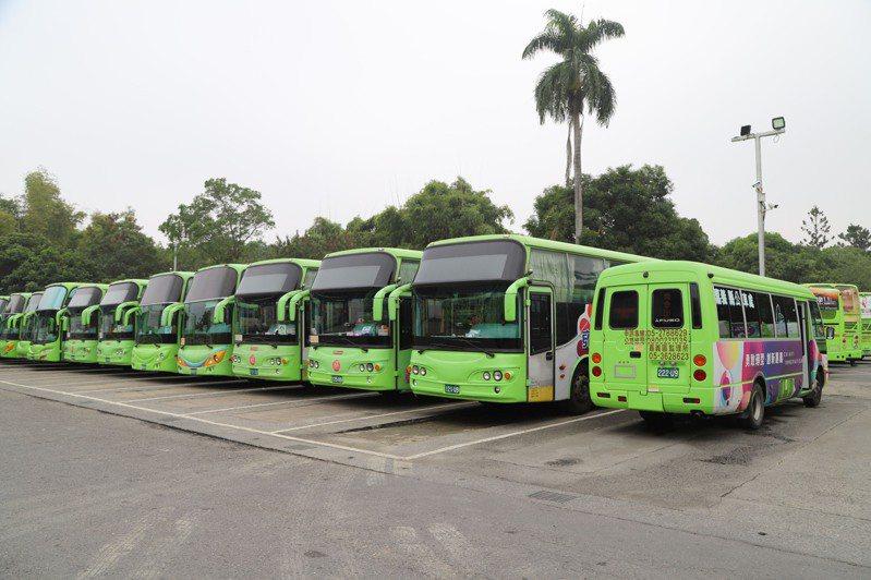 嘉義縣公車處是國內唯二公營客運業者,肩負義縣市公共交通輸運任務,圖為營運公車車隊。圖/縣府提供