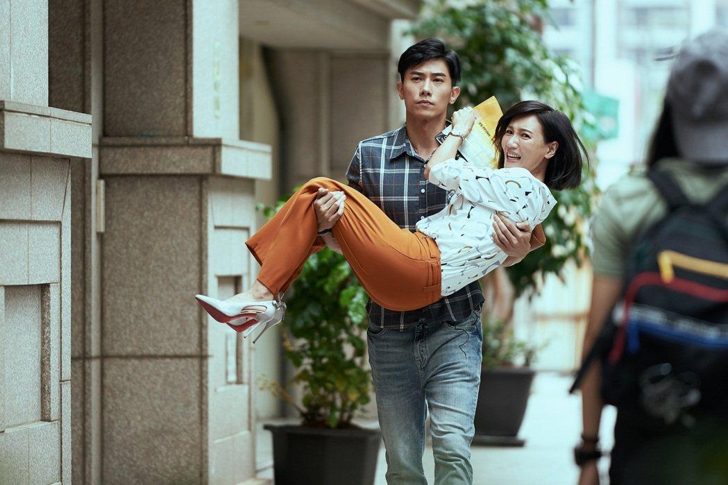 陳泂江(左)公主抱想閃躲逃跑的張本渝。圖/八大電視提供