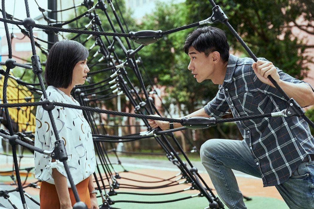 張本渝(左)、陳泂江在「因為我喜歡你」戲裡相隔多年後重逢。圖/八大電視提供