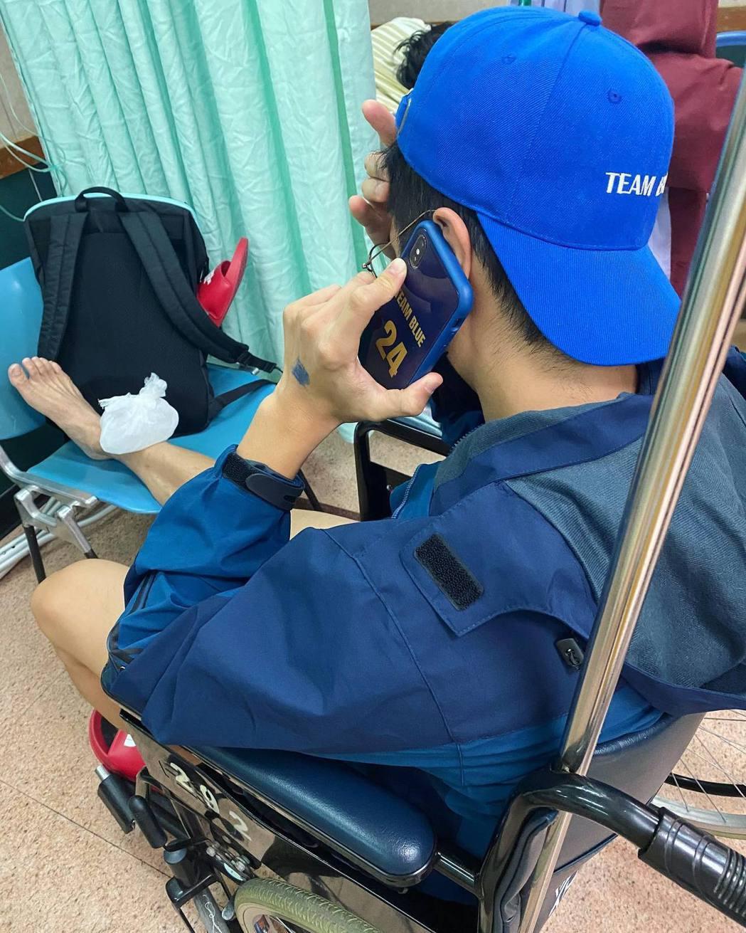 胡宇威公開自己坐輪椅就醫的畫面。圖/摘自臉書