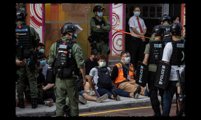 圖為香港警方今年9月6日扣押的街頭抗爭者。歐新社