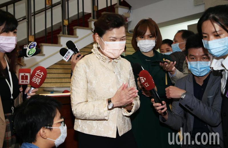 經濟部長王美花(左二)下午前往立法院接受備詢前,向媒體說明昨晚車禍經過。記者陳正興/攝影