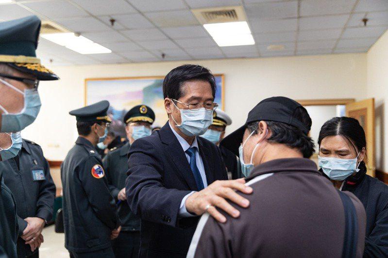 國防部長嚴德發今天前往義大醫院探視軍備局205廠意外事件傷員,並慰問家屬。軍聞社