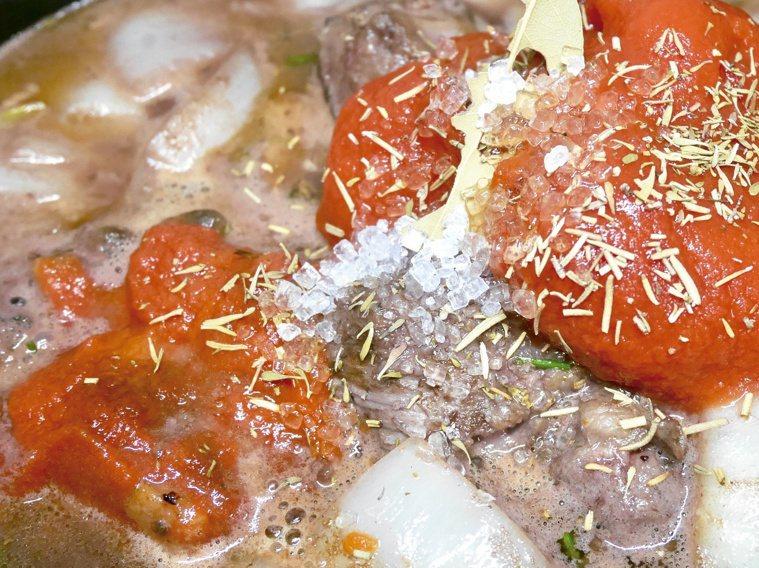 燉牛肉先把料炒過後再入高湯。圖/橘子文化提供