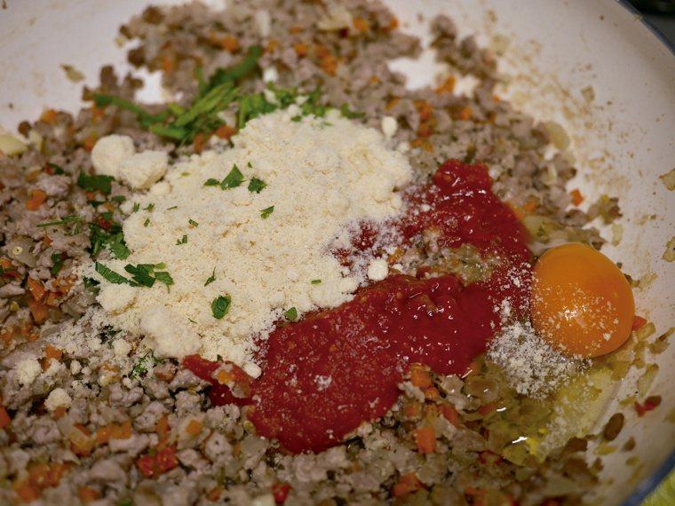 炒好的內餡與材料拌勻。圖/橘子文化提供