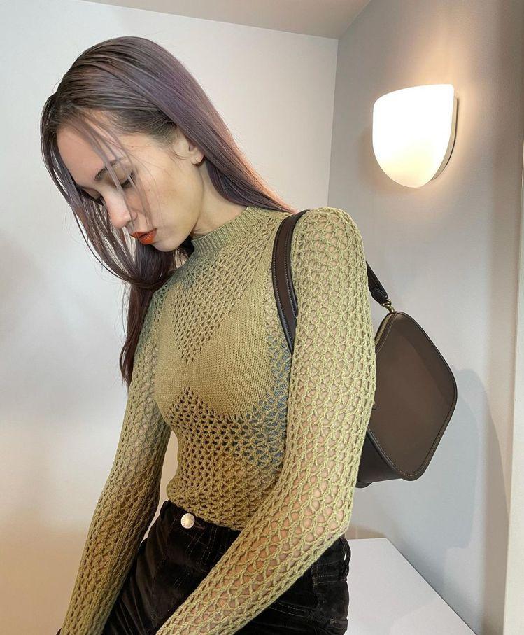 水原希子演繹Swinger手袋的簡約俐落。圖/取自IG