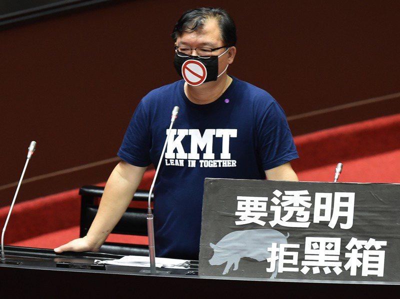 國民黨立委李德維昨天在立法院個人質詢的最後一分鐘,戴起口罩噤聲不語,表達言論自由已死的訴求。記者陳正興/攝影