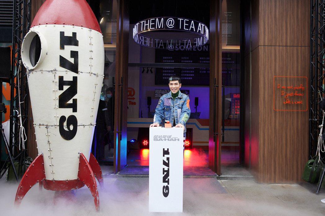 蕭敬騰將新單曲「薩哈星球」星際元素與手搖飲副業做結合,MV中太空船直接進駐店前。