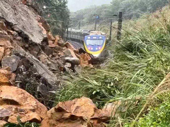 台鐵局猴硐瑞芳路段本月4日發生大面積邊坡滑動。記者游明煌/翻攝
