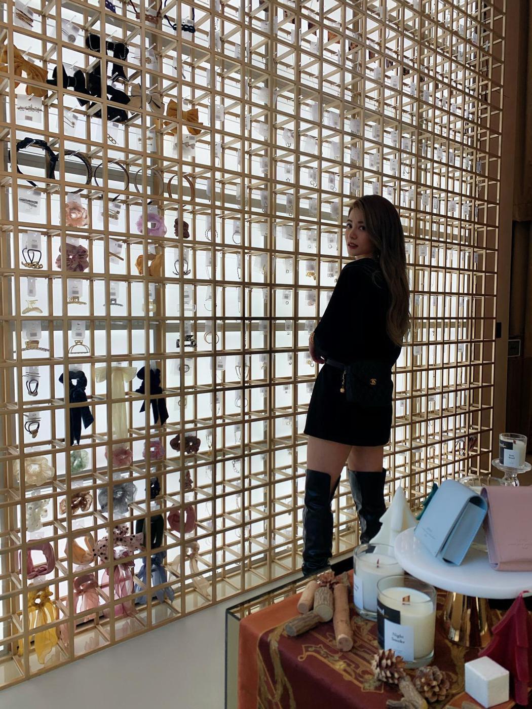 林珈安經營飾品品牌有成,砸500萬打造實體旗艦店,打造全台最高的6米飾品牆。圖/...
