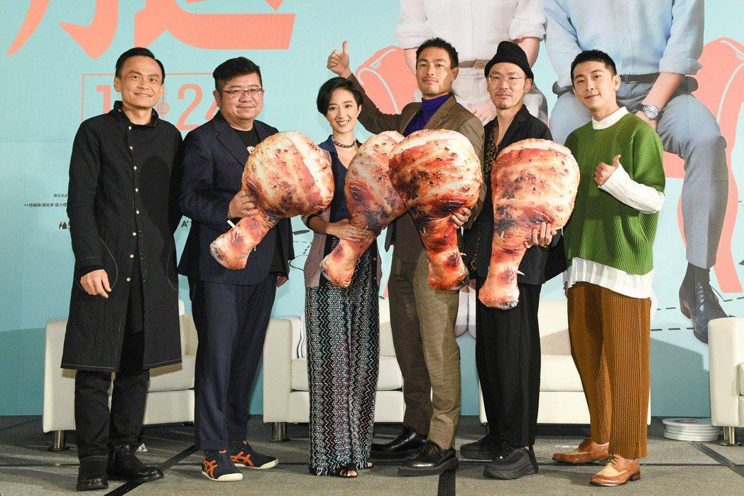 陳以文(左起)、導演張耀升、桂綸鎂、楊祐寧、張少懷以及施名帥出席「腿」首映會。圖