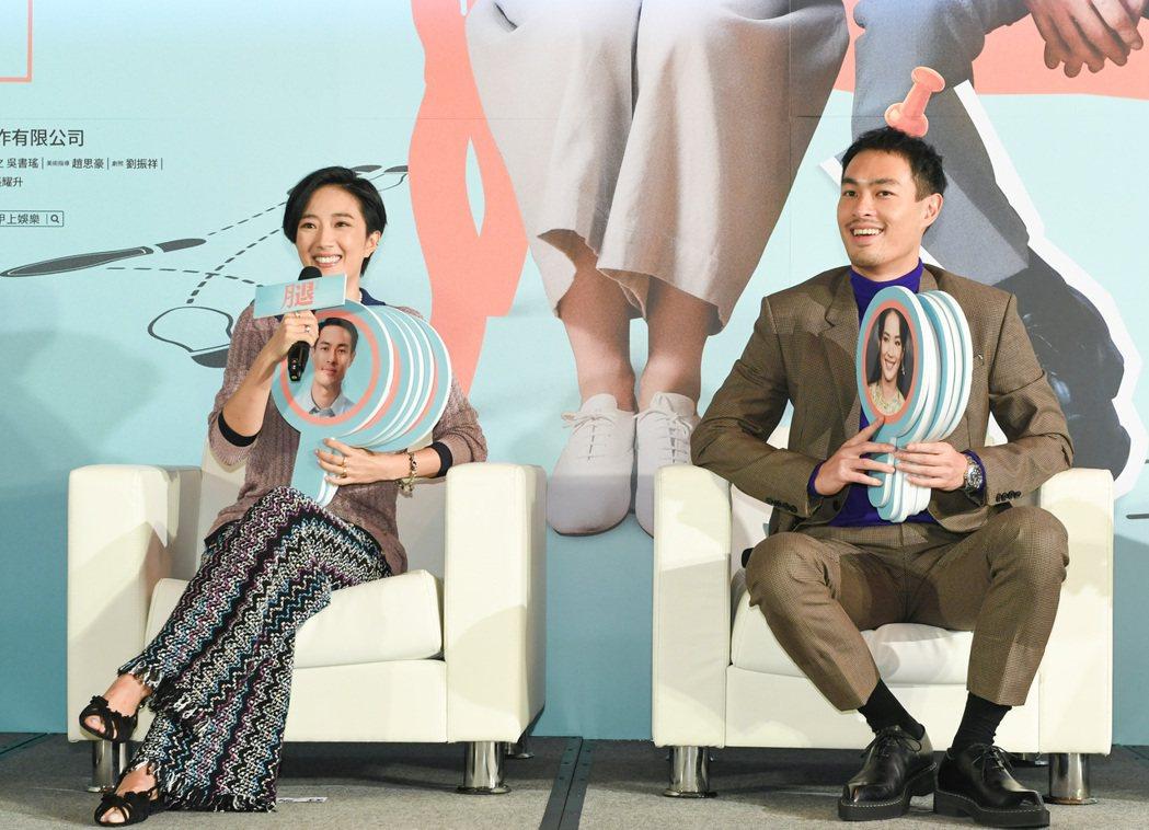 桂綸鎂(左)、楊祐寧(右)在「腿」裡面演出一對情感深厚的夫妻。圖/甲上提供