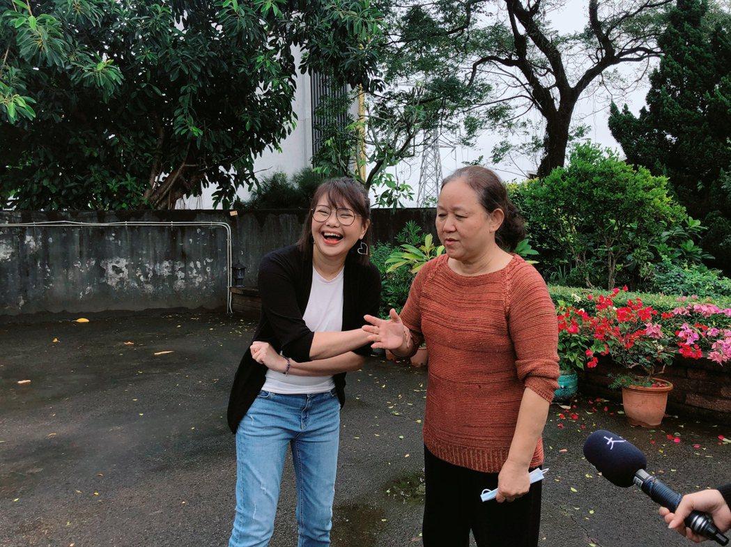 林嘉俐(左)和故事主角唐冬菊見面。圖/大愛台提供