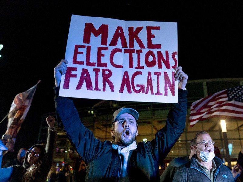 川普支持者11月5日在底特律計票中心外高舉標語「讓選舉再次公平」,抗議民主黨作票。美聯社