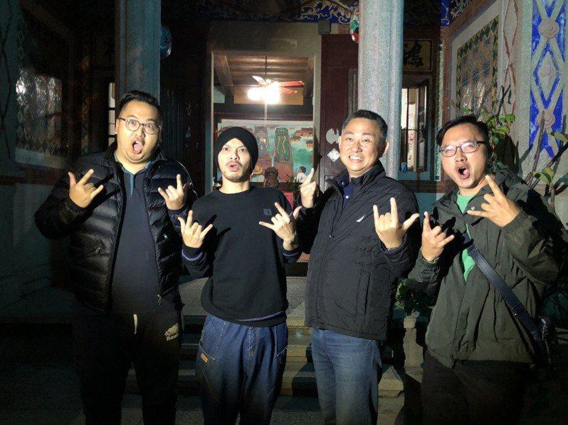馬來西亞「創作鬼才」黃明志(左二)今日在金門水頭聚落拍攝MV,金門縣長楊鎮浯(右二)率觀光處長丁健剛(左一)等人現身探班,一起搞怪合影。記者蔡家蓁/攝影