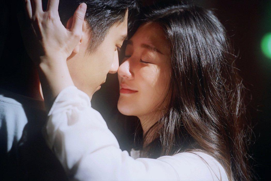 胡宇威在戲裡陷入女友(林逸欣飾演)仍活著的幻想中。圖/東森提供