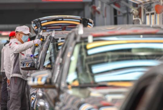 中汽協發布統計,11月汽車產銷分別完成284.7萬輛和277.0萬輛,分別月增11.5%和7.6%。(新華社)