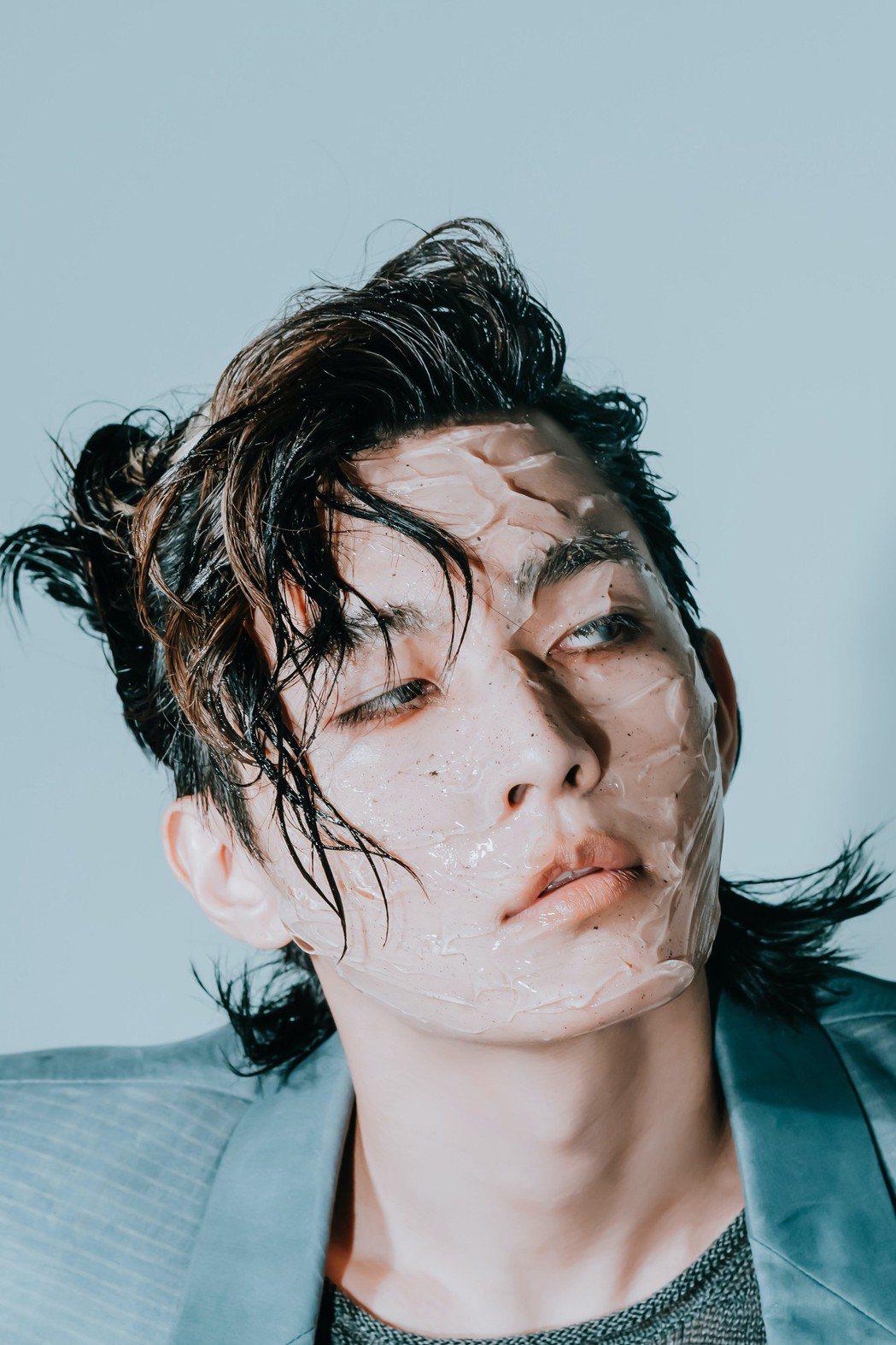 炎亞綸新專輯視覺大膽破壞帥臉,「透明膠感妝」還兼護膚效果。圖/索尼提供
