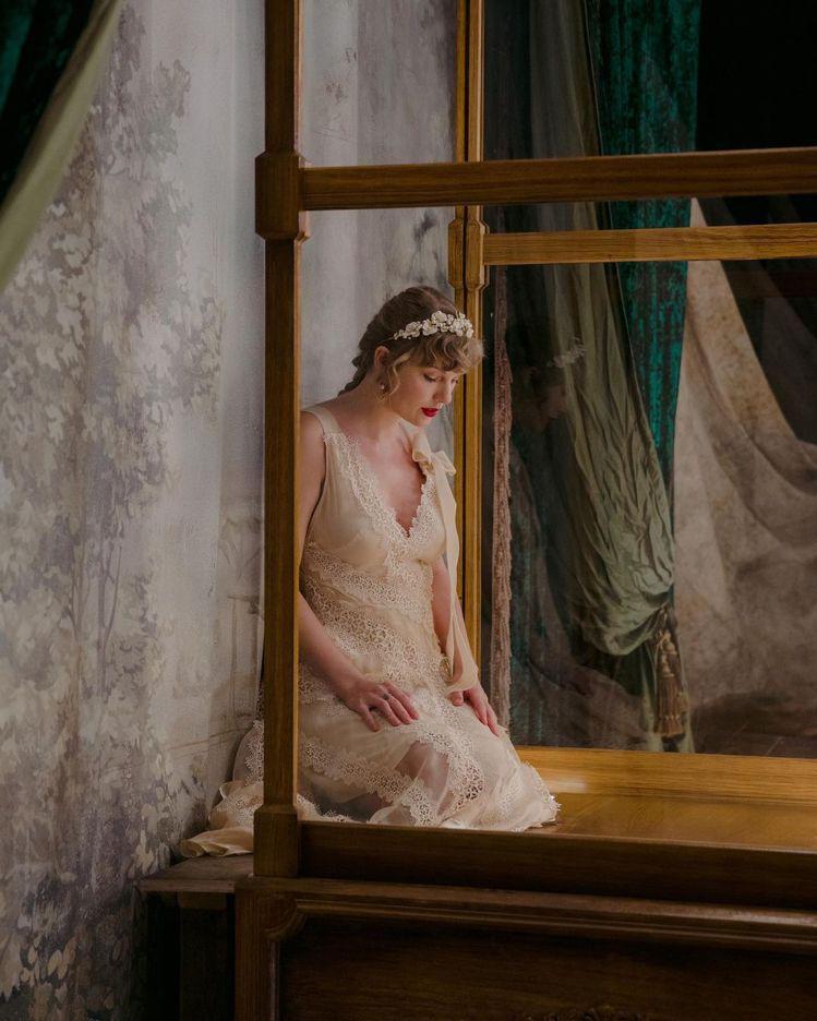 泰勒絲穿婚紗拍MV,被懷疑在暗示已經秘婚。圖/摘自Instagram