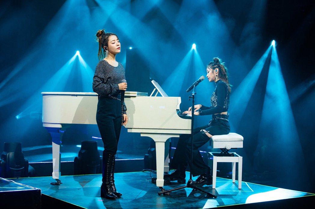 丁噹(左)昨晚舉辦線上演唱會,合體袁詠琳致敬師兄「說好不哭」。圖/相信音樂提供