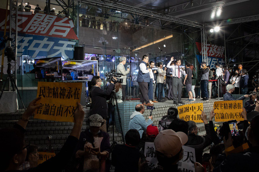 戴立綱在電視台門口與支持者互動。記者季相儒/攝影
